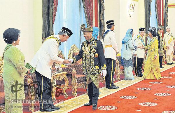 端姑阿都哈林陛下(中)出任第14任國家元首時,由前首相敦拉薩的兒子現任首相納吉(中)恭迎,左為羅絲瑪。