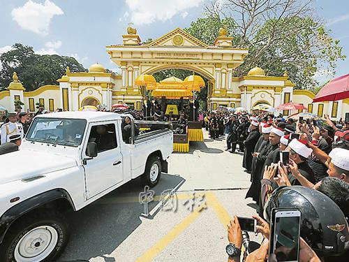 吉蘇丹靈車開往王陵,大批公眾和媒體競相拍照。