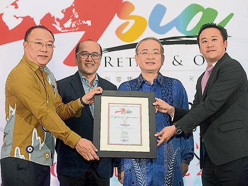 魏家祥(右2起)和蔡金星見證符策勤代表大會,移交紀念狀給贊助商藍樹保(右)。