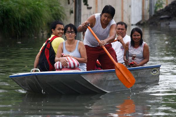 奎松市的災民乘船離開家園。(歐新社)