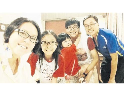 李淑玲(左)和丈夫(右)育有3名17歲至7歲的孩子。     (受訪者提供)