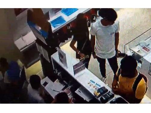 情侶檔小偷趁手機店員工忙碌之際,偷走櫃內的1架手機。