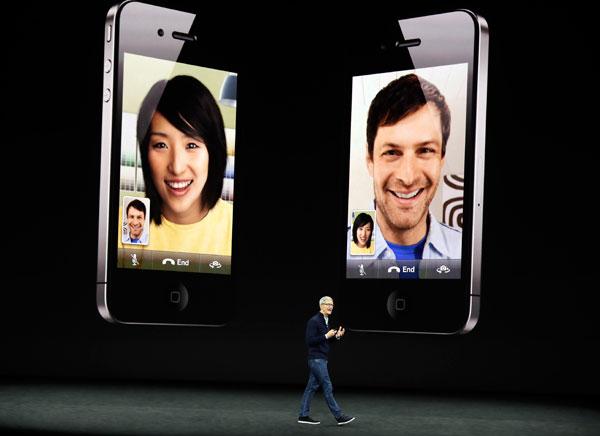 庫克在台上,回顧iPhone的發展史。(美聯社)