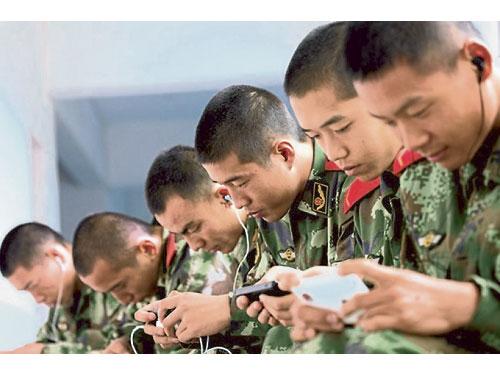 解放軍士兵因戴著耳機未有應聲集合,致演練失敗。(資料圖)