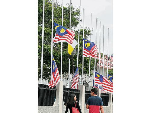 位于邦里馬武吉干當華合路旁的各政府機構,把門口的國旗和霹靂州旗降下。