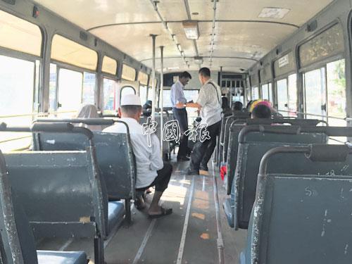 旅途中,他總是在巴士上留意身邊正發生的各種細節。
