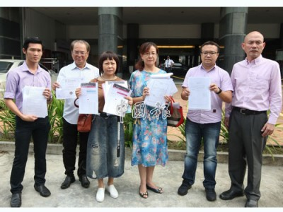 林立迎(右)帶領2名投資者前往武吉阿曼商業罪案調查局投報,左起為賴俊權、劉天球、張素春、黃美玲和游佳豪。