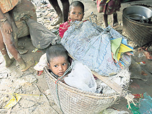 一名羅興亞病男被放在籃子裡,周二由家人帶往孟加拉代格納夫避難。(歐新社)
