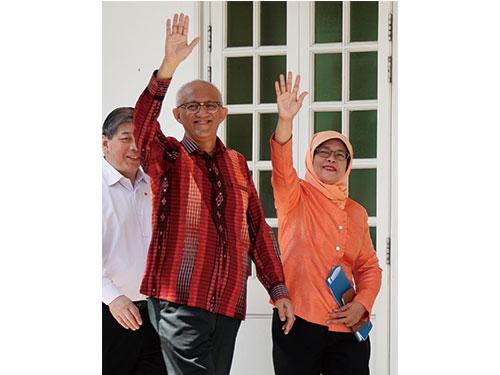 國會前議長哈莉瑪與其丈夫阿都拉週三抵達提交中心提交總統提名表格。(路透社)