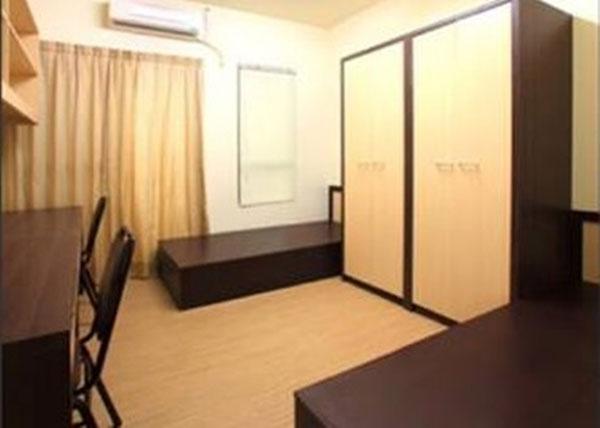 宿舍房間寬闊,且備有巨型衣櫃。