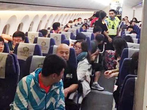 女學生被指行李超重不肯跟空服員合作,結果被趕下機,機上乘客因此苦等兩個多小時才起飛。(照片:新加坡眼)