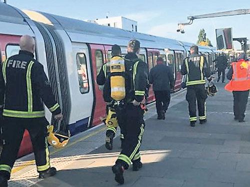 消防員到出事列車處理。(推特)