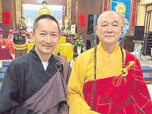 劉子賢(左)年初與慧海大和尚合照,醉心鑽研佛法的他親自證實,將于本過六剃度出家。(圖取自劉子賢面書)