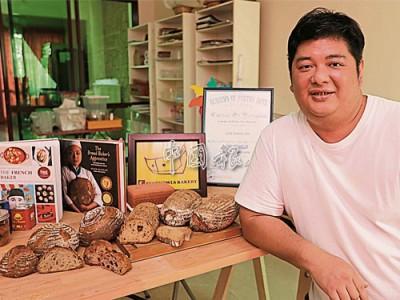 由於吳勇新每次只能烘焙12粒麵包,麵包發酵時間又長,因此,他每天早上六點便開始製作麵包,直到晚上11點。
