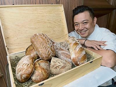 文明輝表示,他以2000年前最原始及傳統的方法,所製做出來的手工酵母麵包,不僅越嚼越香,還可嘗到豐富的麥香層次。由於天然酵母中本身含有天然防腐劑,因此,天然酵母麵包可置放於室溫中兩星期。