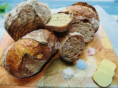 法式鄉村麵包Pan de Campagne,擁有厚硬且脆的外皮,但內部卻鬆軟有嚼勁。文明輝表示,高品質麵包只需簡單配搭無鹽牛油,讓口感更濕潤,並灑上一些來自海、山或地的上鹽,便能嘗到來自稻麥中馥郁的堅果香氣。