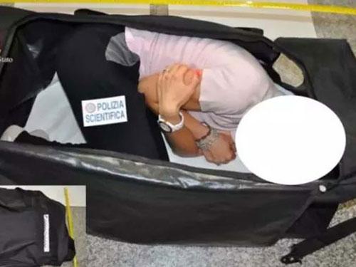 意大利警方還原克洛伊遭綁架後,被塞進行李袋運走的場景。圖:互聯網