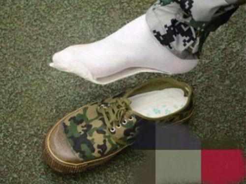 許多中國大學新生覺得衛生棉柔軟舒適又西漢,便買入當鞋墊用。