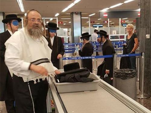 數名年輕的極端正統猶太教徒搭乘飛機時,全程都戴著眼罩。