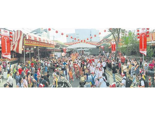 週日早約千名香客和外賓,在場等待福建安溪城隍五捨神尊和韭菜芭城隍金身出巡賜福。