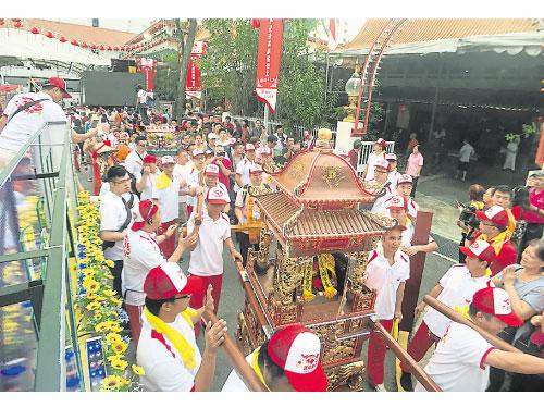 韭菜芭廟城隍爺與安溪祖廟城隍爺坐8人大轎一同出遊。