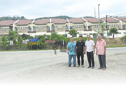 徐誌良(左3)在李新發(左起)、劉家良及蔡金財等3位理事陪同下,巡視建議安裝紅綠燈的地點。