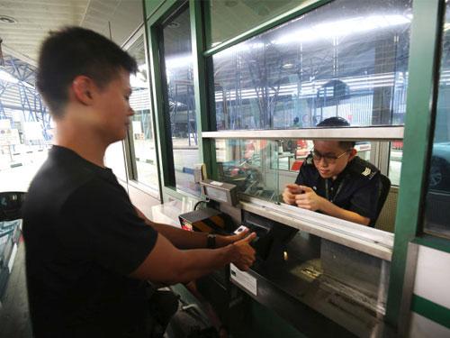 移民與關卡局在兀蘭和大士關卡展開BioScreen指紋認證系統測試,前天天開始擴大至私家車。(聯合早報)