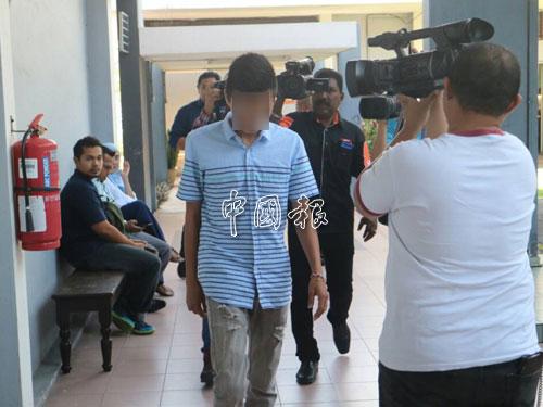 少年被告抵達法庭,被媒體包圍拍照。