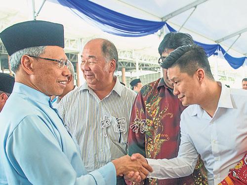 馬華准候選人蔡福光(右)在一個場合中,與國陣丹州主席慕斯達法(左)見面。