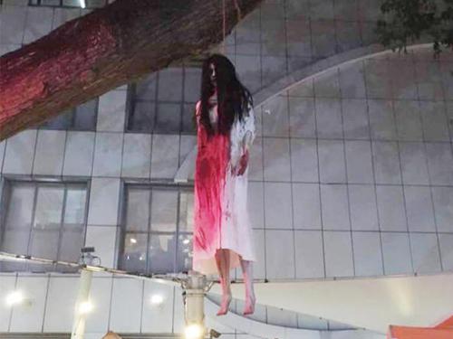 """""""女鬼""""懸掛樹上,嚇壞公眾。(取自面書)"""