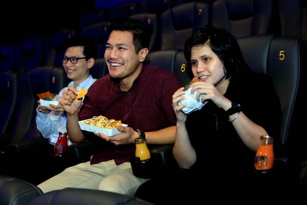 隨時隨地享用漢堡的美味,無論是堂吃或外帶,消費者還可將食物帶入電影院內,體驗非一般的電影時光。