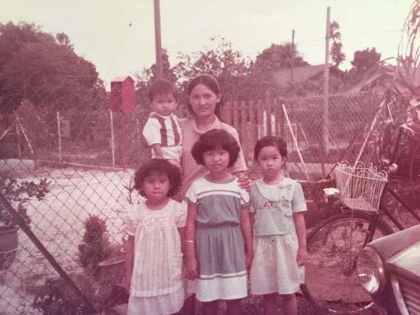 朱佩莉母親(后排右)堅強的個性,對她影響極深,前排中為朱佩莉。