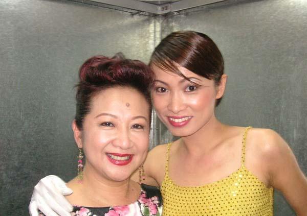 在當舞蹈員及在娛樂場所當歌手的生涯里,朱佩莉接觸過不少港台藝人;圖為她與薜家燕的合照。