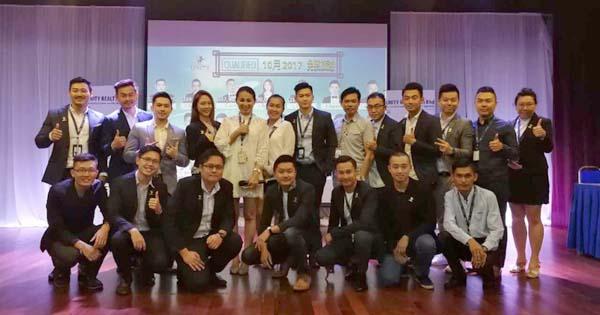 朱佩莉(后排左五)創辦的Unity Realty,獲多家著名發展商獨家委託銷售指定房產項目,旗下註冊的房產經紀超過1000人。