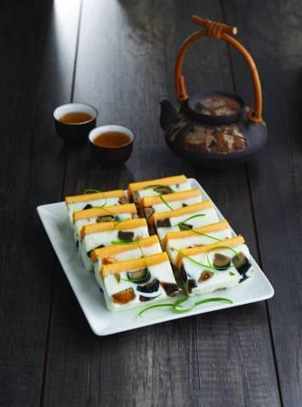 使用蒸氣模式,烹飪出色、香、味俱全的清蒸三色蛋。