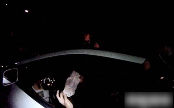 龍男拿出一條女用內褲,告訴警方正在幫女友換內褲。