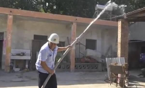 亢社欣在展示他自製的射水拖喉。