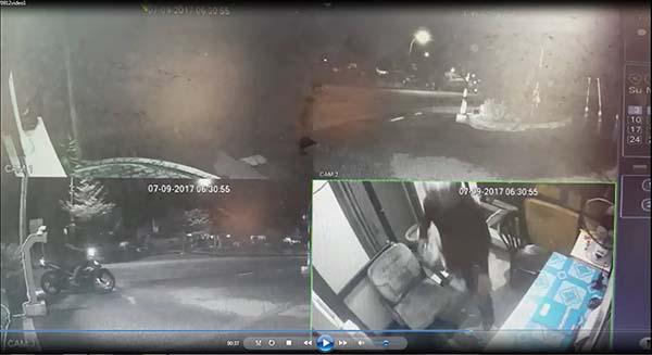 閉路電視拍下匪徒干案的情況,一人闖入保安亭,另一人則在外等候。