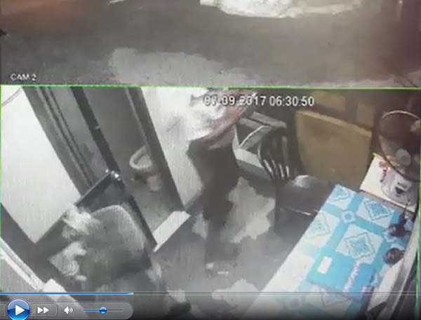 匪徒持刀闖入保安亭時,保安也驚慌失措。