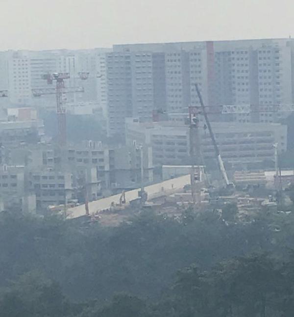盛港一帶的居民拍下大前天的霧霾情況,申訴空氣中有異味。(受訪者提供)