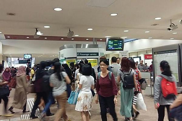 7时45分,淡滨尼地铁站的人潮。(《海峡时报》)
