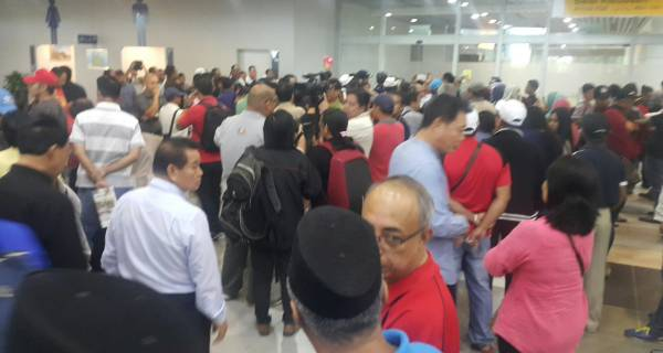 數以百計民興黨支持者在機場等候沙菲益。