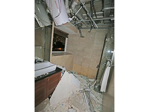 爆炸威力如同土製炸彈,將房間內所有門窗皆震碎。