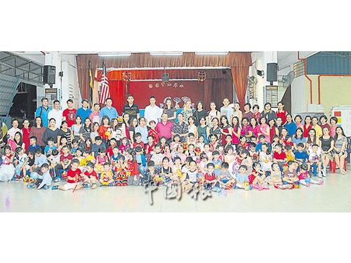 出席中山幼兒園中秋節慶典的孩童、家長、嘉賓和園方。