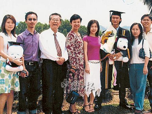 家有賢妻,孩子們更是學業兼事業有成,讓莫泰波(左3)感到安慰。