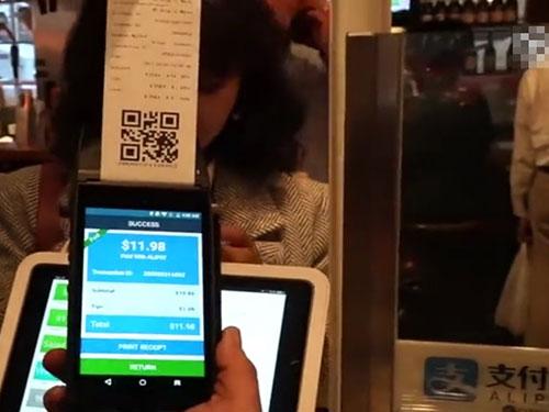 金伯亮本月頭在店內引入支付寶,方便中國人付款。