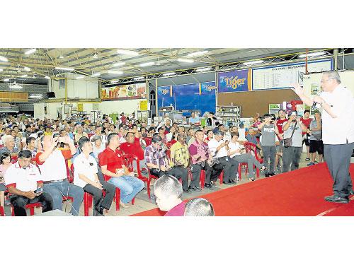 許多公公婆婆級選民觀賞和聆聽政壇巨人林吉祥的演說。