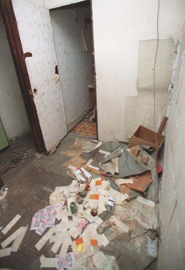 女死者被禁錮的單位,滿布雜物及垃圾,以及一些溪錢。(東網)