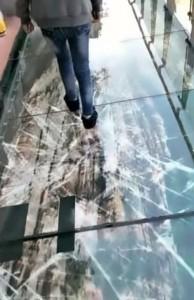 棧道終點的玻璃具備感應功能,只要有人一走過來就會出現玻璃破裂的特效及聲響。(圖擷取自YouTube)