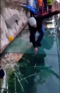 導遊走過棧道後被碎裂特效嚇到腿軟,以為玻璃真的要破掉了。(圖擷取自YouTube)